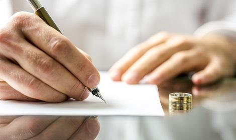ondertekenen van overeenkomst met trouwring af Scheiden in Amstelveen